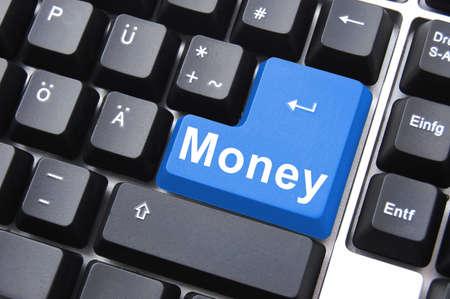 ingresos: texto de dinero en teclado de la computadora como un concepto de negocio de Internet