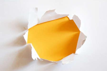hoja en blanco: agujero de amarillo en el papel de la hoja en blanco con copyspace