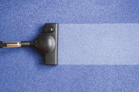 huis opruimen: stofzuiger op de grond waaruit huis schoonmaken concept Stockfoto