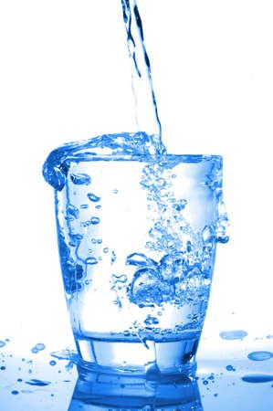 acqua vetro: concetto di stile di vita con un bicchiere di acqua fredda versano  Archivio Fotografico