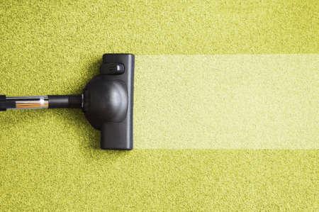 huis opruimen: vacuum cleaner op de vloer weer gegeven: huis schoonmaken concept  Stockfoto