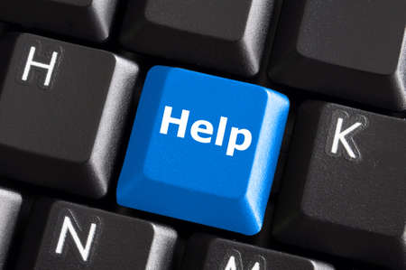 ordinateur panne: aider à soutenir ou un concept d'assistance avec le bouton bleu sur le clavier de l'ordinateur Banque d