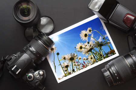 Cámara y lense sobre negro mostrando el fotógrafo bodegón