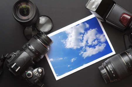 DSLR camera objectief en beeld op zwarte achtergrond  Stockfoto