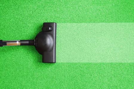 aspirapolvere sulla casa piano mostrando concetto di pulizia