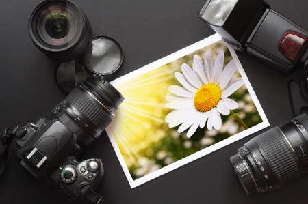 equipo de fotografía como cámara dslr y imagen  Foto de archivo