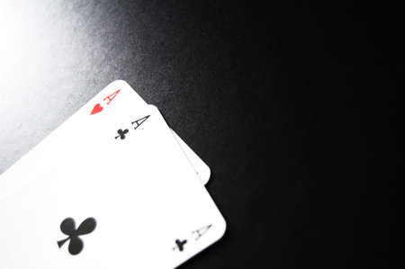 jeu de cartes: jeu de cartes avec as sur fond noir