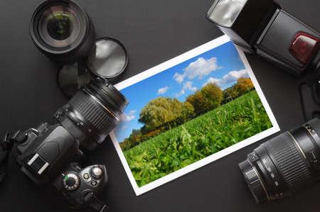 lente de la cámara DSLR y de imagen sobre fondo negro