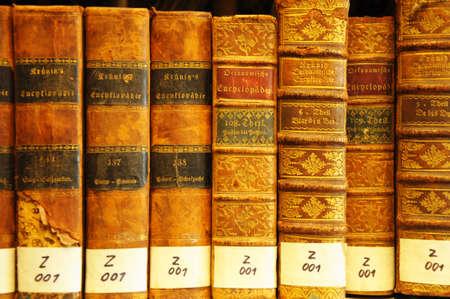 old books: B�cher in eine virtuelle Bibliothek Bibliothek f�r Universit�re Ausbildung Lizenzfreie Bilder