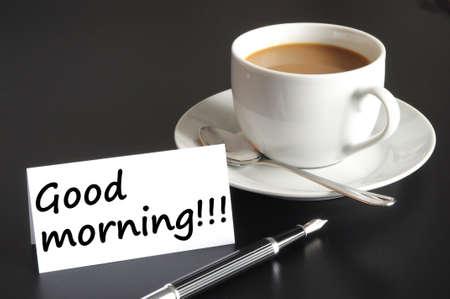 comida rica: Desayuno de buena mañana y una taza de café sobre fondo negro