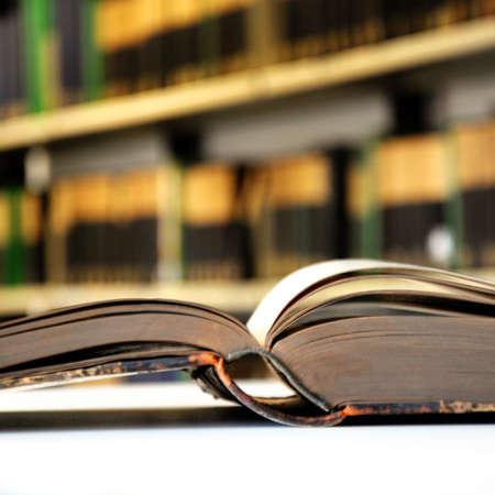 図書館: 本棚に本を図書館大学教育 写真素材