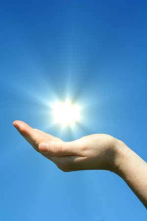 La mano de sol y cielo azul con copyspace mostrando la libertad o el concepto de energía solar Foto de archivo - 7127363
