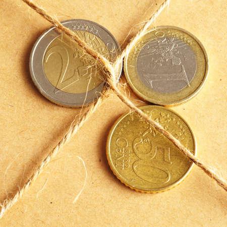 forwarding: concepto de dinero con monedas y parcela de env�o o reenv�o de cargos Foto de archivo