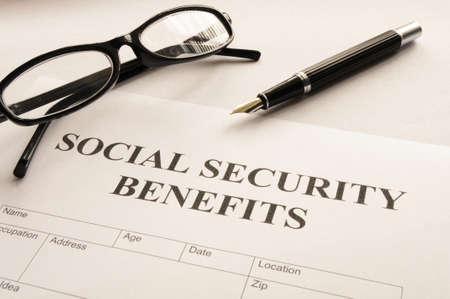 sociale zekerheidsuitkeringen die financieel concept in bureau tonen