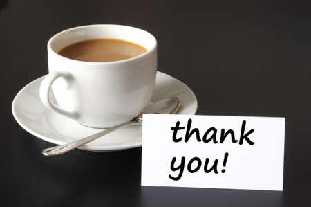 te negro: Gracias o concepto de gracias con la taza de caf� sobre fondo negro