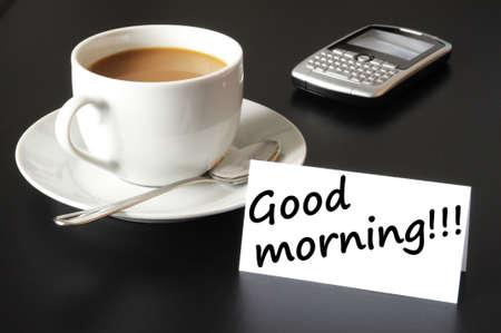 comida rica: Desayuno de buena mañana y taza de café en fondo negro