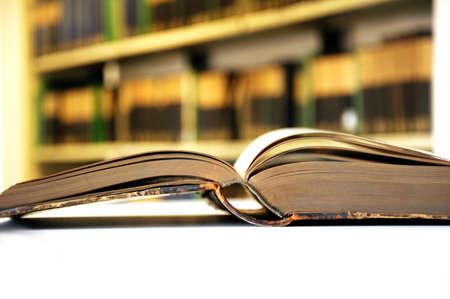 encyclopedias: cosecha amarillo viejo libros en concepto de educaci�n de mostrar de biblioteca