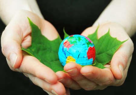 holding globe: concetto di ecologia o natura mostrando globo mano  Archivio Fotografico