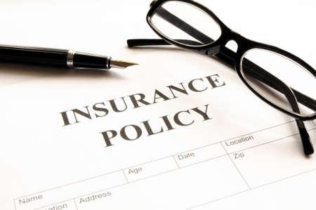 Formularz polisy ubezpieczeniowej na biurko w pakiecie office przedstawiający ryzyka koncepcji
