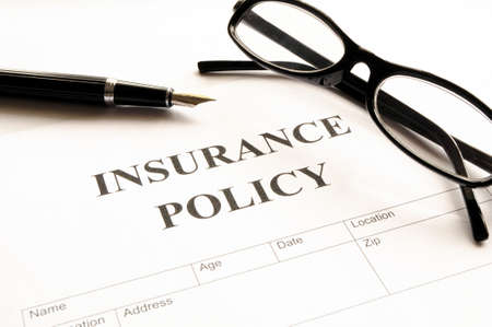 verzekeringspolis formulier op balie in kantoor risico concept weergegeven:
