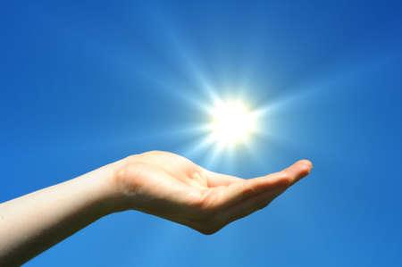 energia solar: Sol de mano y cielo azul mostrando la esperanza de paz o libertad el concepto de  Foto de archivo