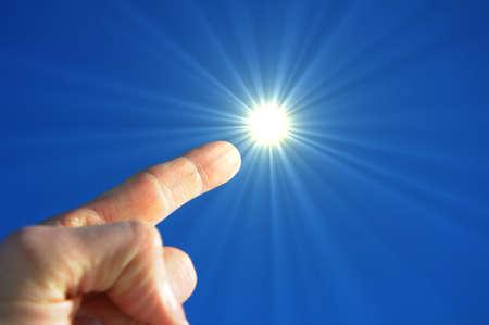 Hand Finger Himmel und Sonne Ergebnis Freiheit Konzept Standard-Bild