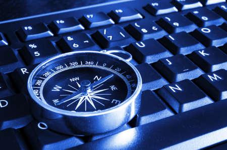 brujula: Internet o concepto en l�nea con teclado de computadora y comp�s  Foto de archivo