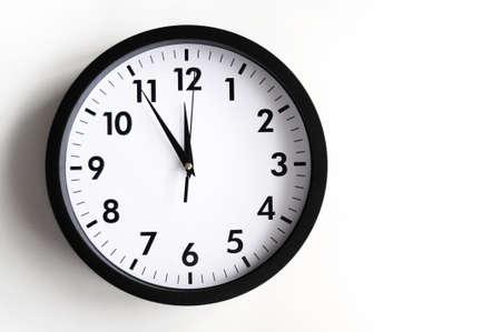 reloj de pared: concepto de tiempo con el reloj o reloj de pared blanca