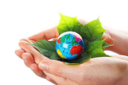 holding globe: concetto di ecologia o natura mostrando globo di mano