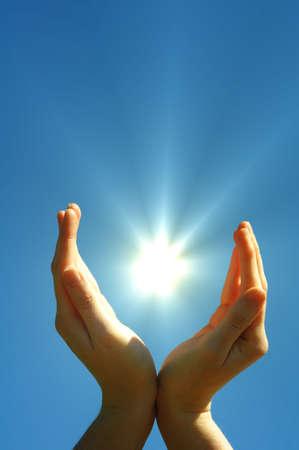 sonnenenergie: Hand von Sonne und blauer Himmel with Copyspace zeigen Freiheit oder Solarenergie-Konzept  Lizenzfreie Bilder