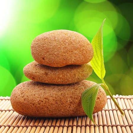 armonia: concepto de Zen o spa con hoja de piedras y copyspace