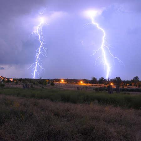 Gewitter mit Blitze und bewölkten Himmel in der regnerischen Nacht  Standard-Bild