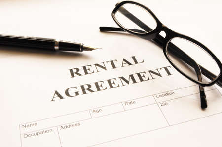 Vermietung Vereinbarung Form auf Desktop in Business büro zeigen Immobilien-Konzept