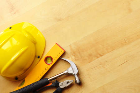 hard worker: concetto di costruzione con strumenti di lavoro duro cappello e copyspace