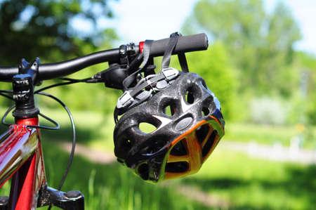 casco rojo: bicicleta de montaña con el concepto de seguridad o deportes de exhibición casco en la naturaleza