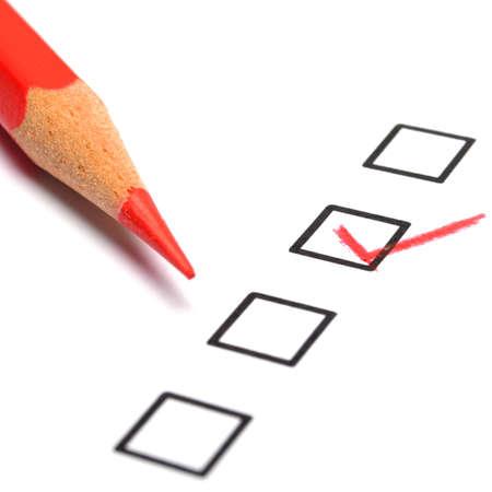checkbox: concetto di marketing con la casella di controllo dal questionario e matita rossa