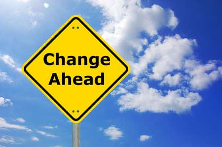 change concept: signo de carretera delante de cambio amarillo y copyspace para mensaje de texto  Foto de archivo