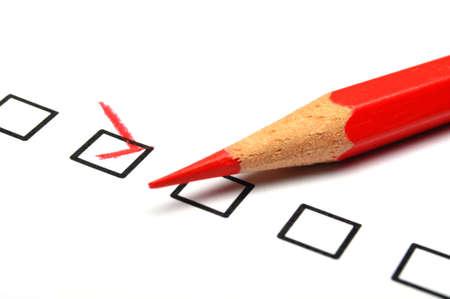 checkbox: casella di spunta e rosso penna mostrando cliente servizio sondaggio soddisfazione concetto o per migliorare le vendite