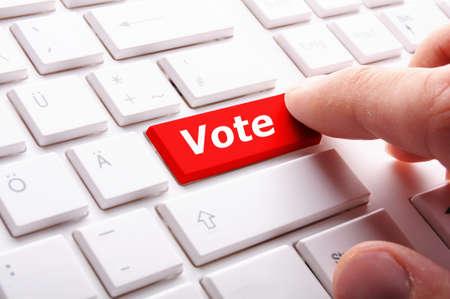 encuestando: concepto de elecciones con voto clave mostrando encuesta de sondeo o de voto Foto de archivo