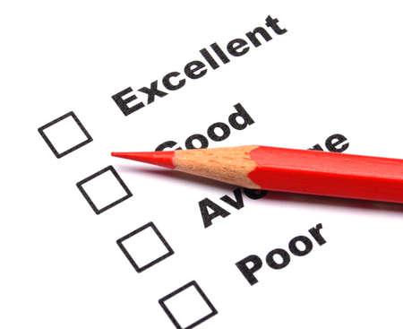 ottimo: sondaggio o di un concetto di polling con matita checkbox e rosso, mostrando di marketing
