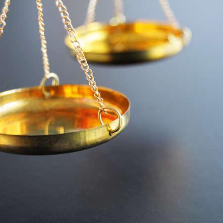 gerechtigheid: schaal of schalen met copyspace tonen van wet Justitie of juridische concept