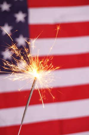 fourth of july: concetto di quarto di luglio con flag sparkler e usa Archivio Fotografico
