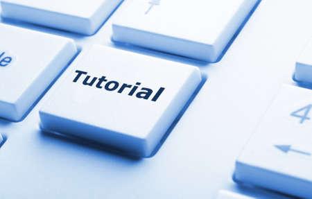 Lernprogramm oder e-Learning-Konzept mit Schlüssel auf Computer-Tastatur