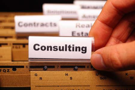 金融の成功の概念を示すビジネス オフィス フォルダー ライダー上の単語のコンサルティング