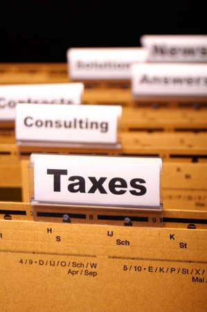 impuestos: impuestos o concepto de impuestos con la palabra en el �ndice de carpeta de negocio Foto de archivo