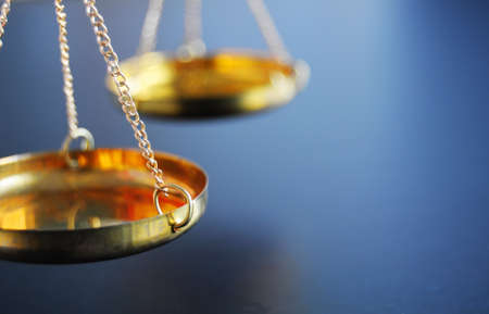 balanza de la justicia: sclaes con copyspace mostrando el concepto de Justicia o el Tribunal de derecho