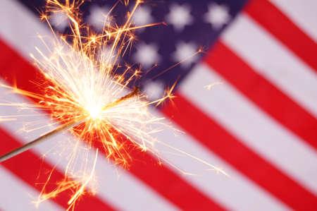 7 月 4 日を示す線香花火とアメリカの国旗