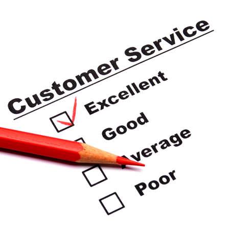 販売を改善するアンケートのチェック ボックスを持つ消費者調査