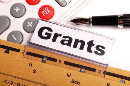 助成金奨学金または高等教育の概念を示す紙フォルダー上の単語