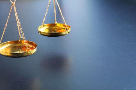balanza de la justicia: escala o escalas con copyspace mostrando ley justicia o concepto jur�dico